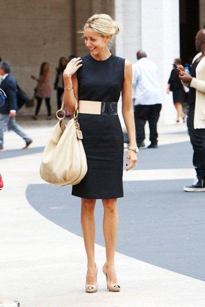 svart ärmlös skiftklänning, brett guldbälte