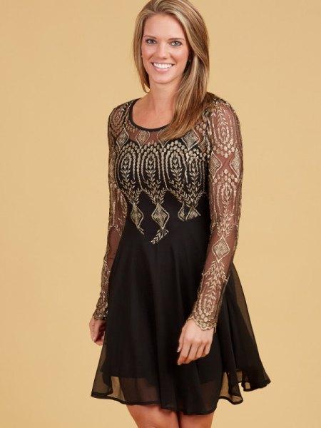 svart halvtransparent chiffong tyllklänning med gyllene stammönster