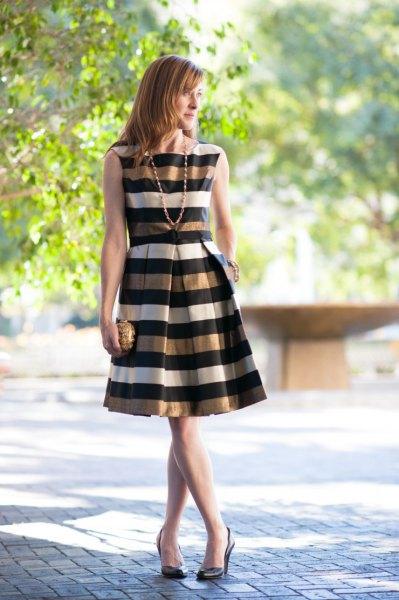 guld svart vit randig ärmlös flared klänning