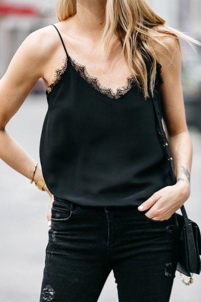 Smala jeans från en svart spetsskjorta