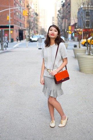 ljusgrå tröja med matchande knälång kjol med volangfåll
