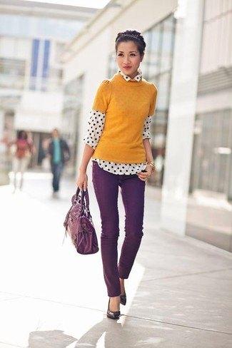 orange kortärmad tröja med vit och svart prickig skjorta