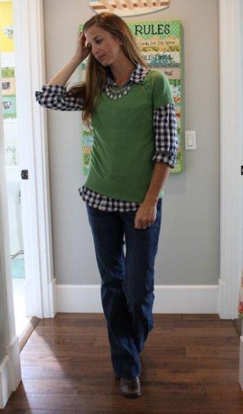 svartvitt rutig skjorta med grön kortärmad tröja