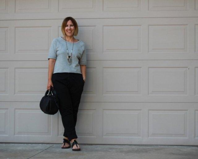 grå stickad tröja med avslappnad passform och svarta slim fit-jeans