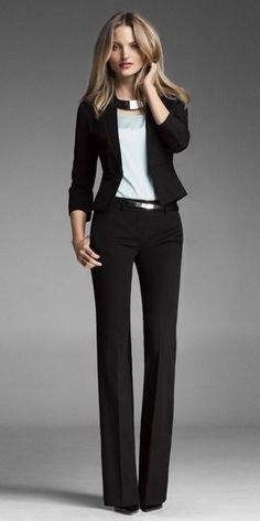 svart kostym med guldkrage och bälte
