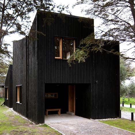 Arkitekter Estudio BaBO klädde dessa tre trähus i.