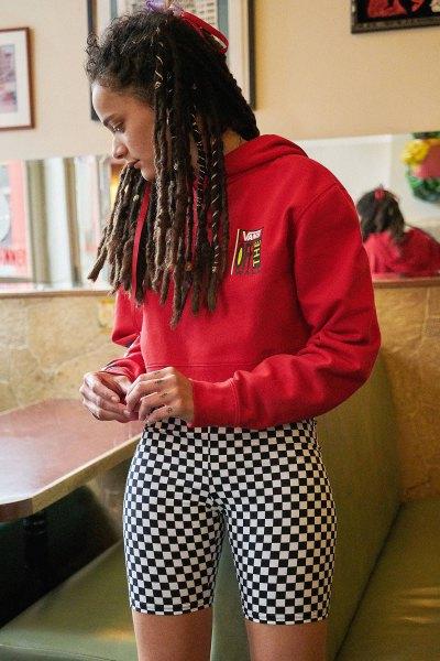 röd grafisk huvtröja med svarta och vita rutiga biker shorts