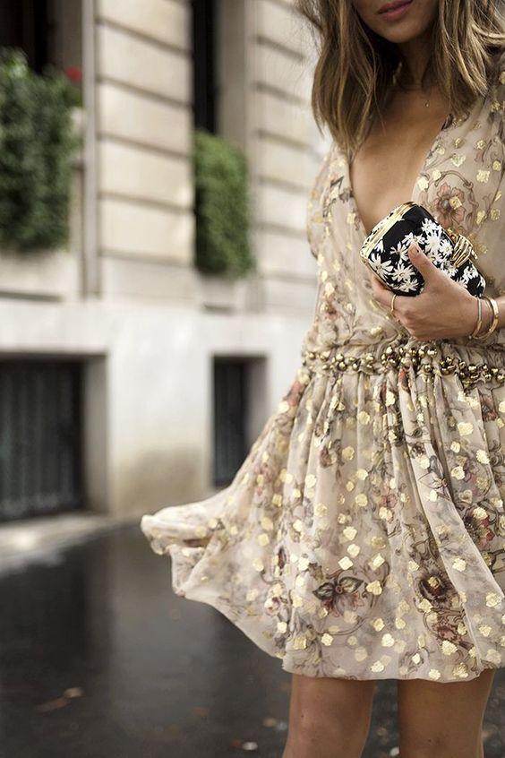 gyllene cocktailklänning med blommönster