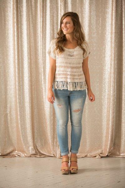 vit virkad kortärmad topp av ljusblå skinny jeans