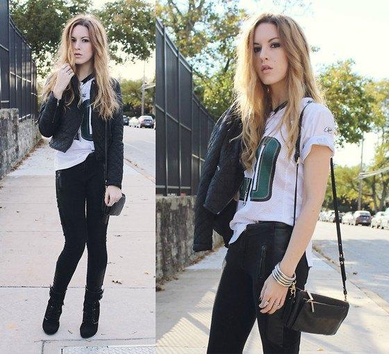 T-shirt med vitt tryck, svarta skinny jeans och läder axelväska