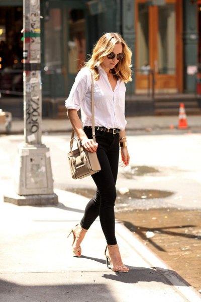 vit skjorta med halva ärmar och svarta skinny jeans