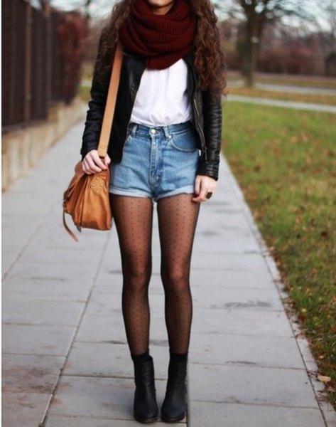 svart skinnjacka med vit chiffontopp och brun läderväska