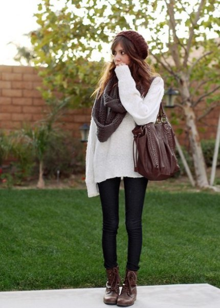vit tröja med grå halsduk och svarta skinny jeans