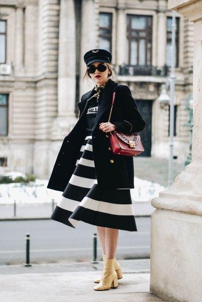 svartvitt vidrandig midiklänning med brunt läder axelväska