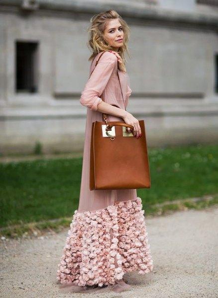 rodnad rosa maxi chiffongjacka med blommig broderi och brunt läder axelväska