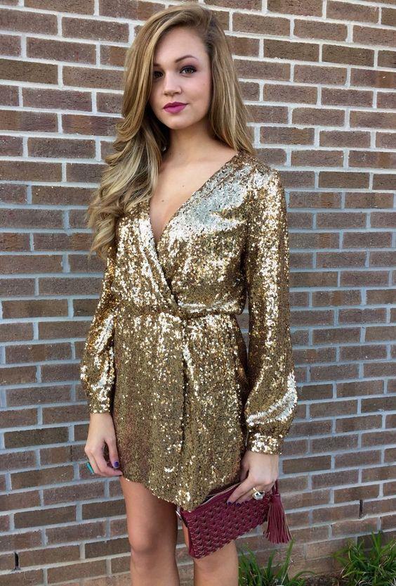 insvept i gyllene glittrande klänning