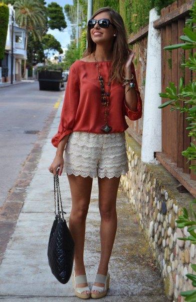 röd blus vita sandaler outfit