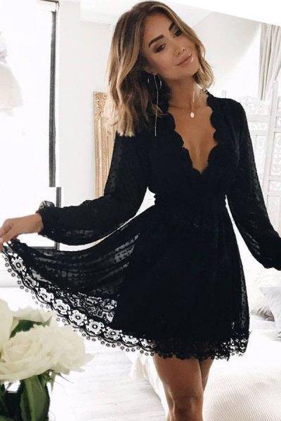 svart spets med kammad halsringning, V-ringning, mini-passform och utsvängd klänning