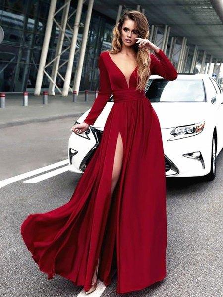 röd maxiklänning med djup V-ringning och långa ärmar och hög slits