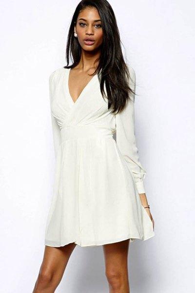 vit wrap-klänning med V-ringning och utsvängd miniklänning