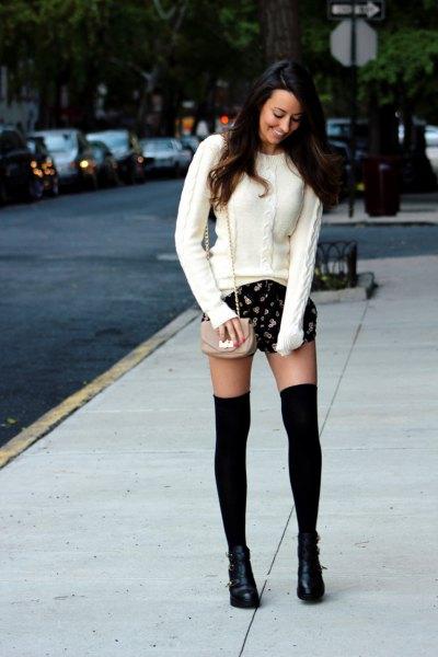 vit kabelstickad tröja, svarta tryckta shorts