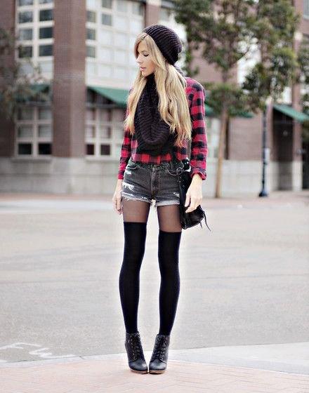 röda och svarta rutiga skjorta-jeansshorts med strumpor