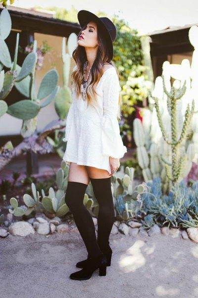 vit tröja klänning svarta strumpor