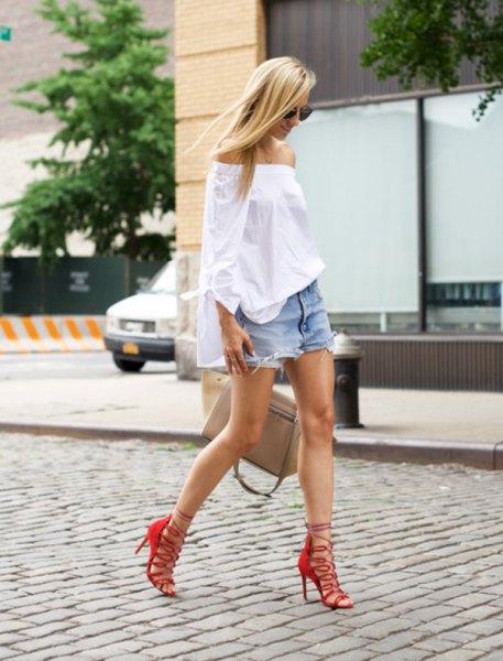 röda bandiga sandaler och vita jeansshorts utan axel