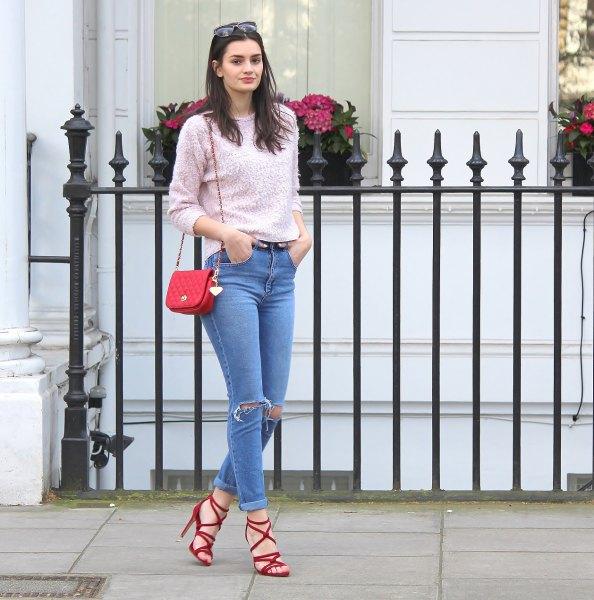 röda remmar sandaler grå stickad tröja mamma jeans