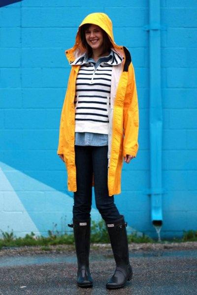 blå skjorta svartvit randig tröja regnrock