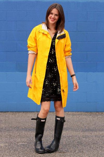 gul regnrock svart spets klänning regn stövlar