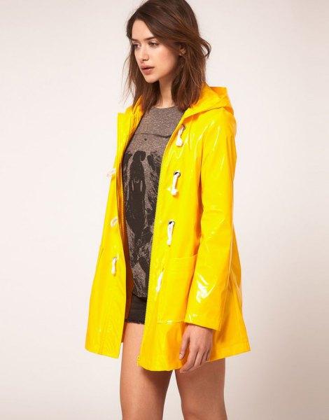 grå stickad tröja jeansshorts med gul regnrock