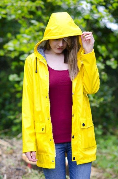röd väst topp gul regnrock jeans