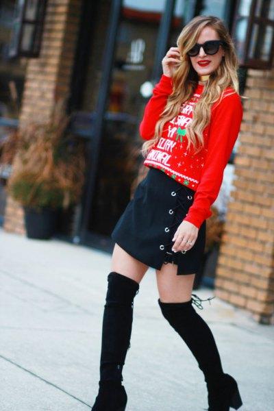 röd jultröja med mörkblå minikjol med knappfickor