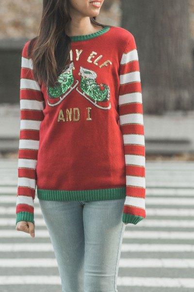 röd och vit randig stickad tröja med rund halsringning och ljusgrå skinny jeans