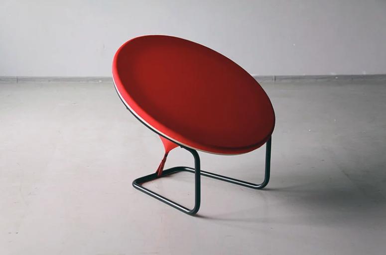 Iögonfallande röd prickstol som ser platt ut