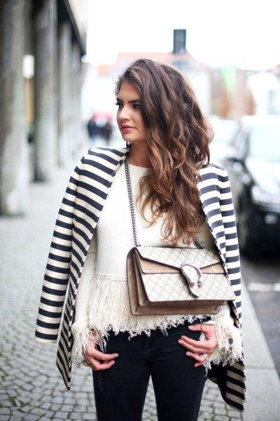 horisontellt randig svart och vit blazer med en fransad tröja