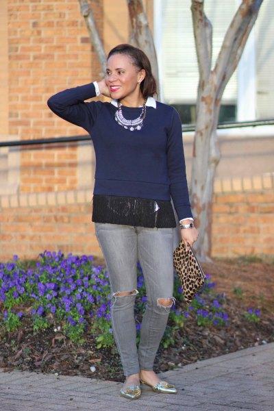 Mörkblå fransad tröja med grå jeans