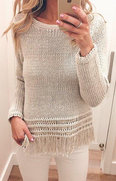 Avslappnad tröja med elfenbenskanter och vita skinny jeans