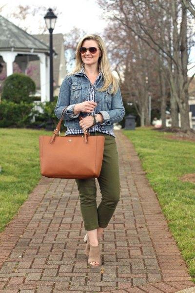 blå jeansjacka med rutig blus och förkortade gröna byxor