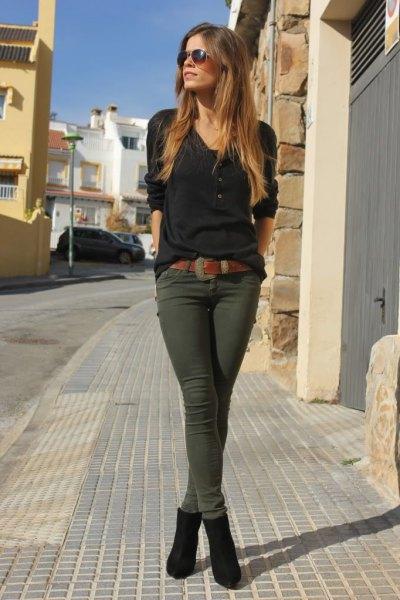 svart t-shirt med V-ringning och mörk olivgrön avloppsbyxa