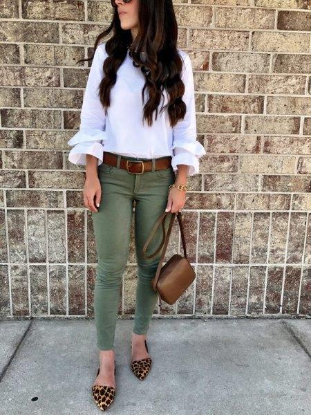 vit blus med volangärmar och olivfärgade skinny jeans