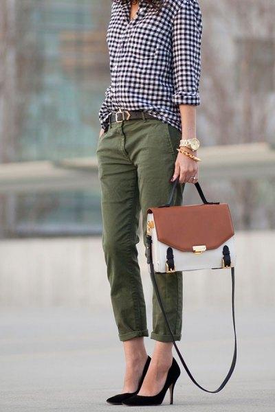 svartvit rutig skjorta med knappar och raka byxor med gröna manschetter