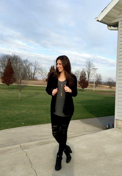 svart kofta med grå chiffongblus och rippade jeans