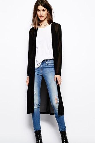 svart midikardigan med vit t-shirt och blå skinny jeans