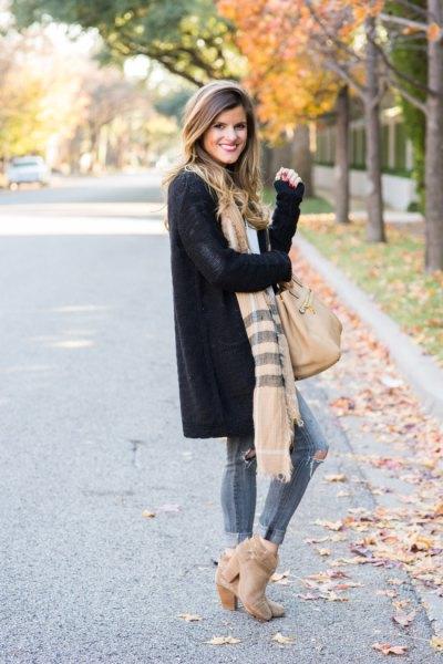 svart longline cardigan tröja med randig halsduk och mocka stövlar