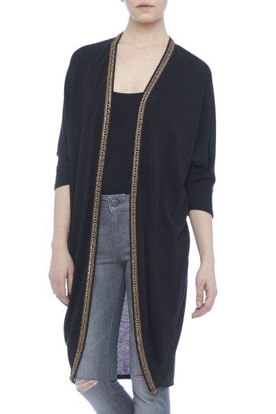 svart longline kofta med t-shirt med scoop halsringning och grå jeans