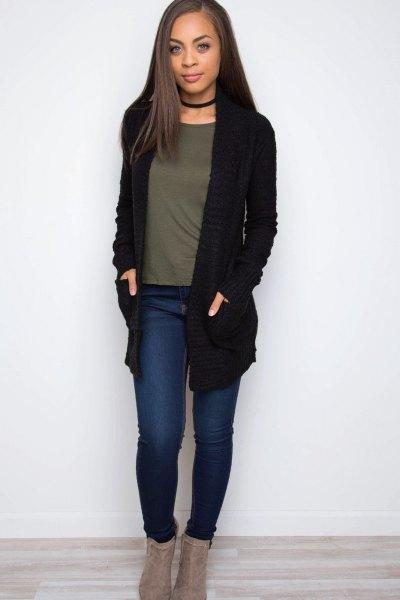 svart stickad tröja med krage och grå t-shirt