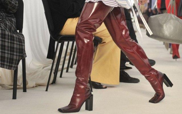 bruna, lårhöga, glänsande, fyrkantiga stövlar i läder med en randig skjortklänning