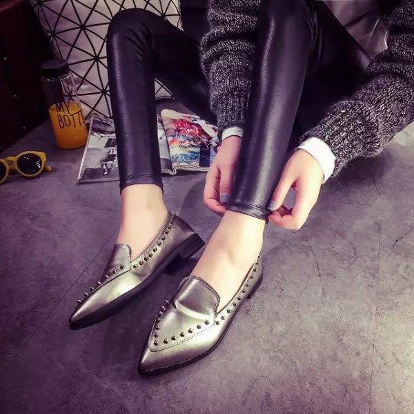 grå tröja med läderjackor och metalliska vingtoppskor